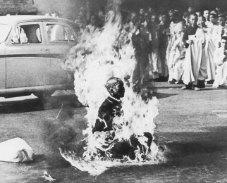 טיך קואנג דוק מעלה את עצמו באש