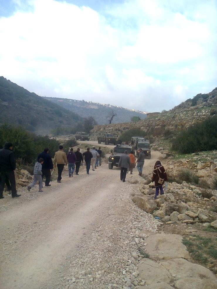 החיילים סיימו את מלאכתם ועוזבים את הואדי. אנשי דיר איסתיא נכנסים על מנת לאמוד את הנזקים