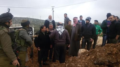 חיילים ותושבים בעת נסיון דל אנשי הכפר לפתוח את החסימה לפני 3 שבועות