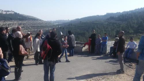 מקבלים הסבר מאחד התושבים בביקור קודם בכפר