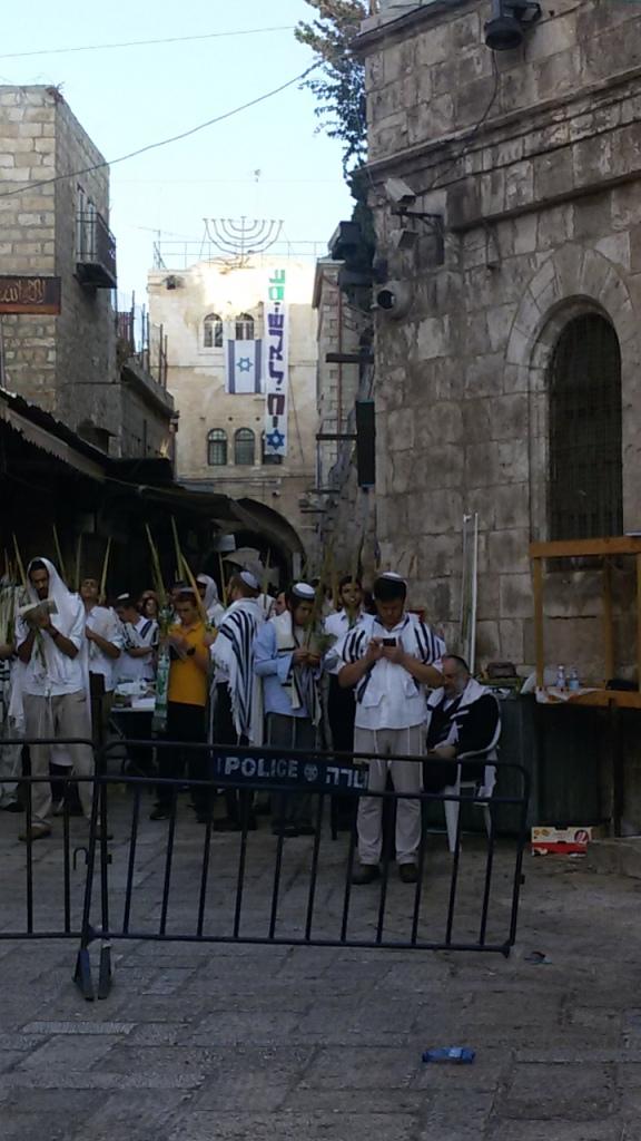 תפילה של יהודים הבוקר בלב הרובע המוסלמי היכן ששני יהודים נדקרו למוות אתמול. מדובר ברחוב הראשי של הרובע שהמשטרה חסמה כליל לתנועת פלסטינים. העיר העתיקה משותקת ותושביה תחת מצור.