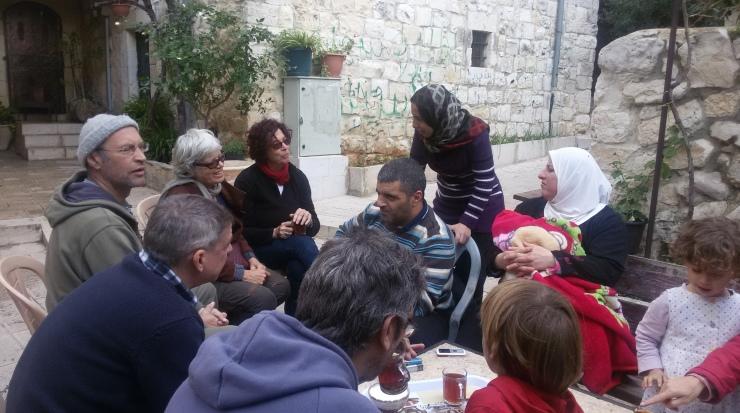 משוחחים עם תושבים בחלק העתיק של דיר איסתיא