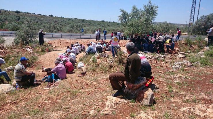 תפילת המחאה ליד הדרך החסומה