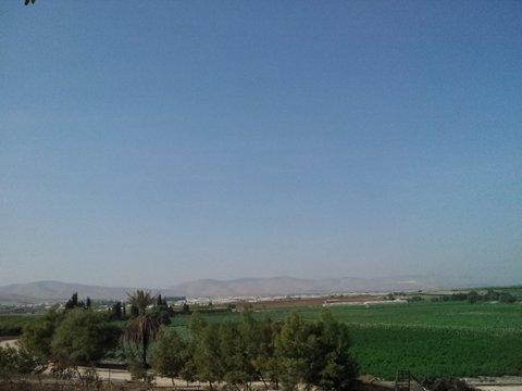 ח'ירבת אל ביר מוקפת שדות חקלאיים פוריים. למרות השפע, בני האדם בוחרים בהרס על פני הרמוניה