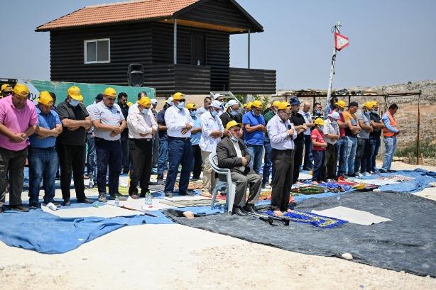 תפילת יום ששי בצהרים כחלק מההפגנה נגד המאחז