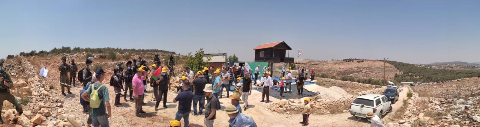 המאחז נמצא בראש הגבעה מאחורי החיילים ובלב השטח החקלאי של סלפית. בכל שבוע מגיעים פלסטינים מהאזור להפגנה ולפעמים אנחנו מצטרפים אליהם.